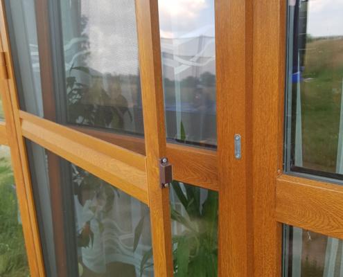 Moskitiera ramkowa, zamontowana na oknie balkonowym