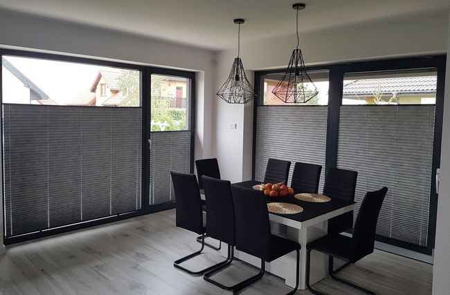 plisy zamontowanie na oknach w salonie, wykonane przez Roltex rolety Lublin