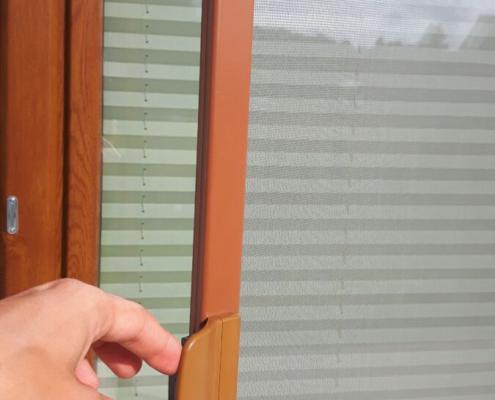 Uchwyt, służący do otwierania moskitiery ramkowej przy drzwiach balkonowych
