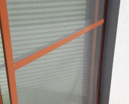 Uchylona moskitiera balkonowa