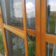 Moskitiera balkonowa ramkowa zamontowana do drzwi balkonowych